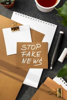 Draufsicht stoppen gefälschte nachrichten mit notizbuch