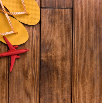 Draufsicht strandpantoffeln und flugzeug mit kopierraum