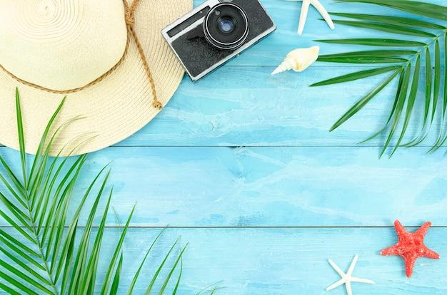 Draufsicht-strandzubehörflieger des sommerebenenlagehintergrundes, palmblatt