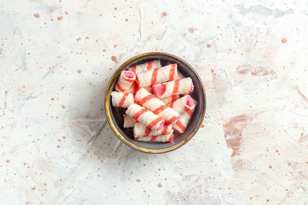 Draufsicht süße bonbons innerhalb platte auf weißem tisch farbbonbon süß
