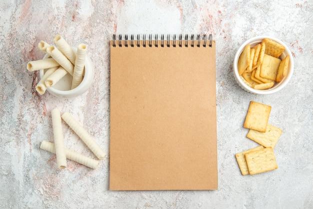 Draufsicht süße kekse mit crackern auf weißem tischbonbonkeksplätzchen