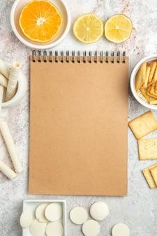 Draufsicht süße kekse mit crackern auf weißen tischbonbonkeksplätzchen