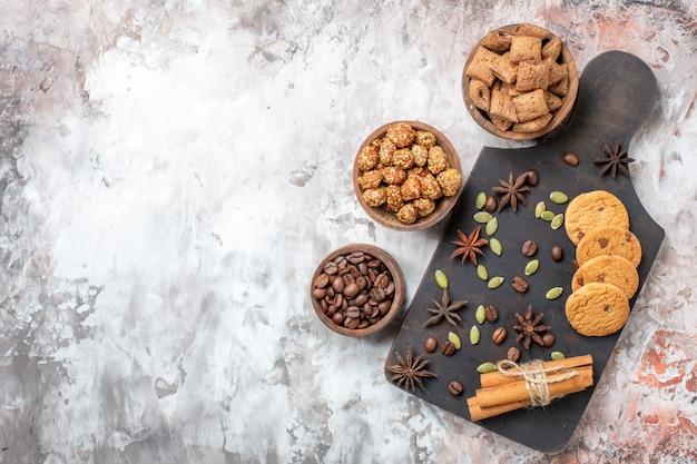 Draufsicht süße kekse mit kaffee und walnüssen auf dem leuchttisch