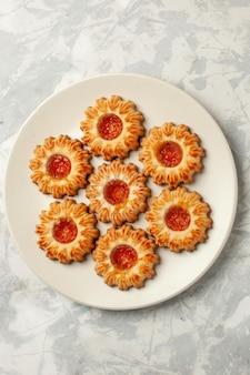 Draufsicht süße kekse mit orangenmarmelade auf weißer oberfläche