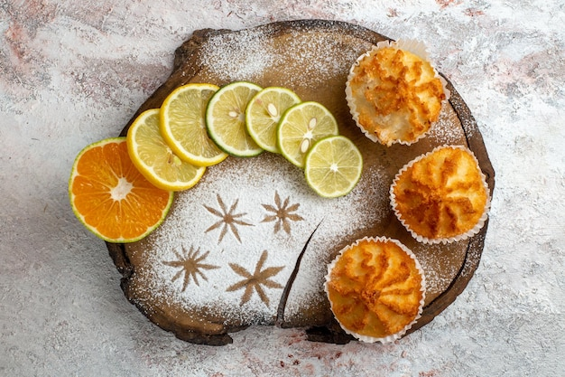 Draufsicht süße kuchen mit zitronenscheiben auf weißer oberfläche