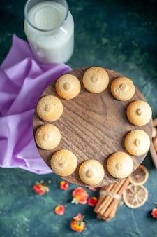 Draufsicht süße leckere kekse auf blauem hintergrund tee zuckerkuchen kuchen foto dessert cookie küche