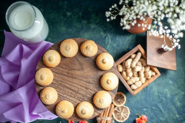 Draufsicht süße leckere kekse auf dunkelblauem hintergrund tee zuckerkuchen kuchen foto dessert cookie küche