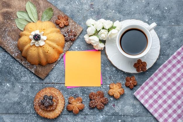 Draufsicht süße leckere kekse mit kaffee der graue tischkekszucker süßer kaffee