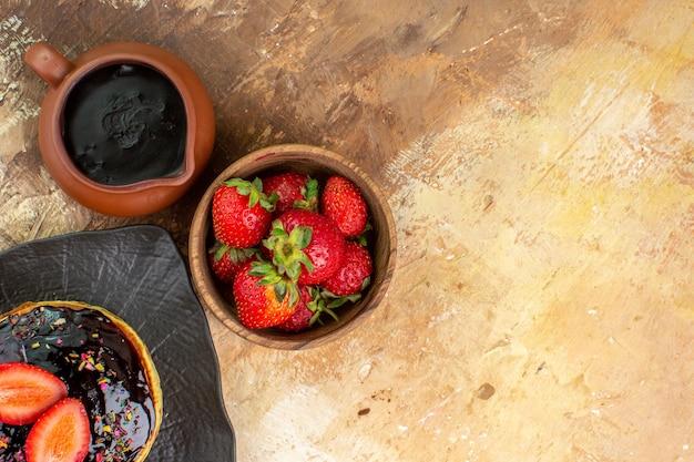 Draufsicht süße pfannkuchen mit früchten auf hölzernem schreibtisch
