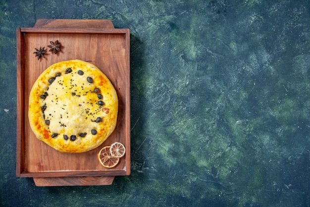 Draufsicht süßer kuchen im holzschreibtisch auf dunkelblauem hintergrund hotcake backen dessert obst gebäck kuchen kuchen kuchen cookie freiraum