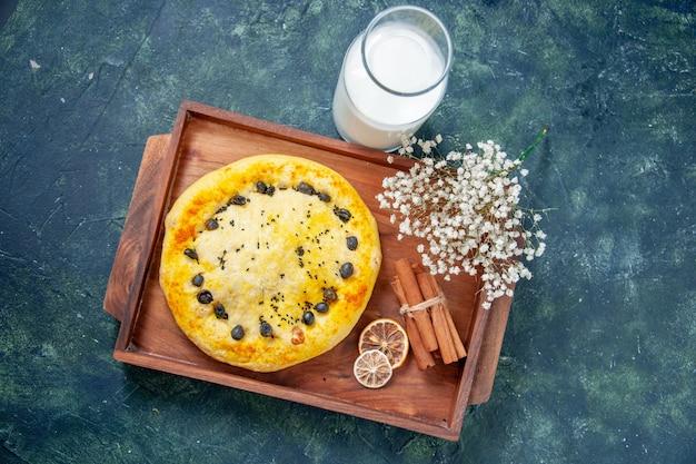 Draufsicht süßer kuchen im holzschreibtisch auf dunkelblauem hintergrund obstkuchen kuchen backen cookie hotcake dessert gebäck