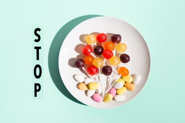 Draufsicht süßigkeiten auf teller