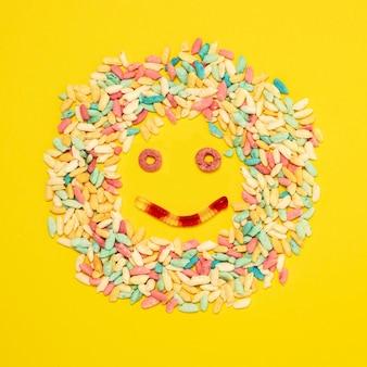 Draufsicht süßigkeiten und gummischlange