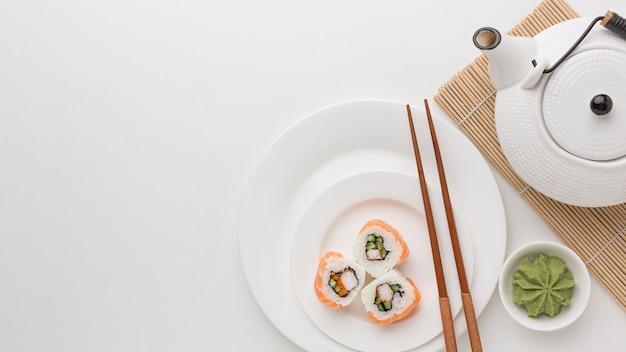 Draufsicht sushi-rollen mit kopierraum