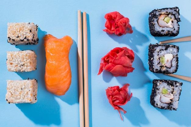 Draufsicht sushi-rollen mit sojasoße