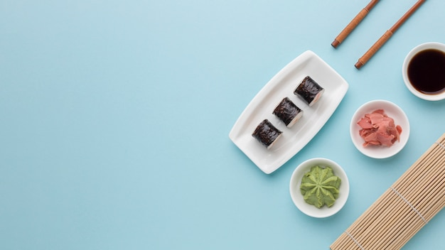 Draufsicht-sushi-tageskonzept mit kopierraum