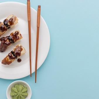 Draufsicht-sushi-tageskonzept mit wasabi