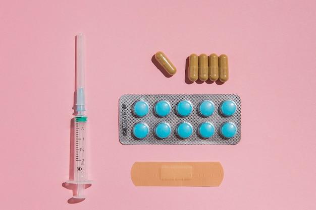 Draufsicht tabletten mit spritze auf dem tisch