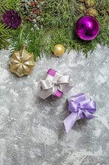 Draufsicht tannenzweige weihnachtsbaum ornamente auf grauem hintergrund