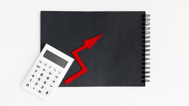 Draufsicht taschenrechner und schwarzer notizblock