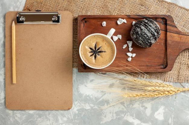 Draufsicht tasse kaffee espresso mit schokoladenkuchen auf weißer oberfläche schokoladenkuchen keks kekse süß