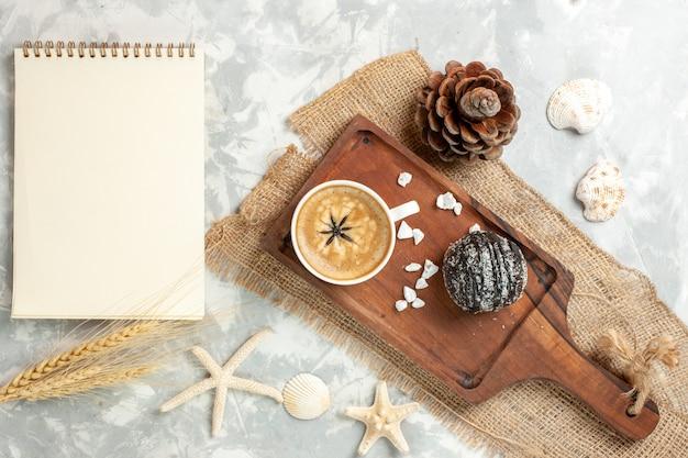 Draufsicht tasse kaffee espresso mit schokoladenkuchen auf weißer oberfläche schokoladenkuchen kekskuchenplätzchen süß
