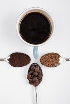 Draufsicht tasse kaffee mit gerösteten bohnen