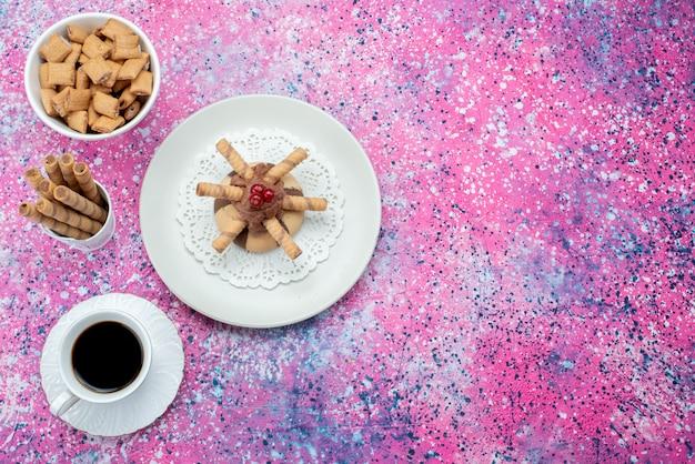 Draufsicht tasse kaffee mit keksen und kuchen auf der farbigen hintergrundfarbe kekskuchen süßer zucker