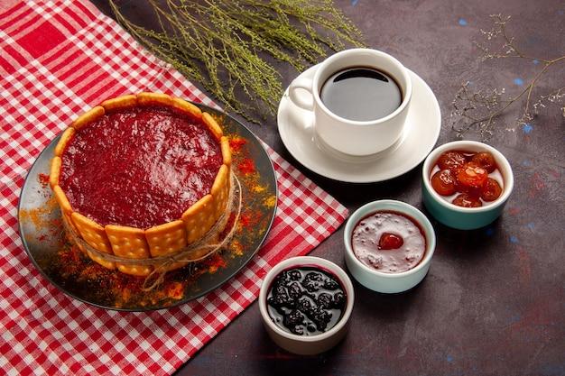 Draufsicht tasse kaffee mit köstlichem dessertkuchen und fruchtmarmeladen auf der dunklen oberfläche süße früchte kekskeks süß