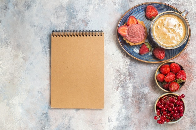 Draufsicht tasse kaffee mit kuchen und roten früchten auf hellem boden süßer kekskuchen