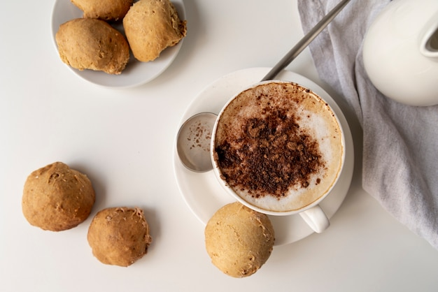 Draufsicht tasse kaffee und bonbons