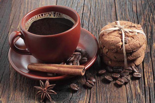Draufsicht tasse kaffee und schokoladenkekse