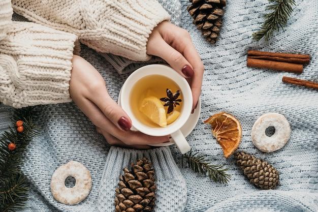 Draufsicht tasse mit tee und sternanis