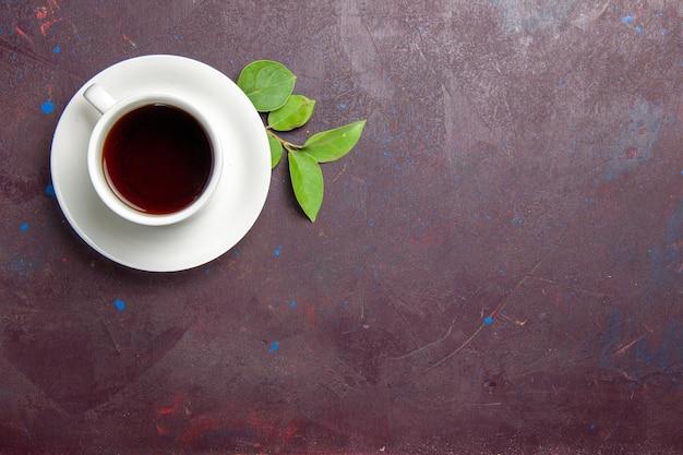 Draufsicht tasse tee auf dem dunklen raum