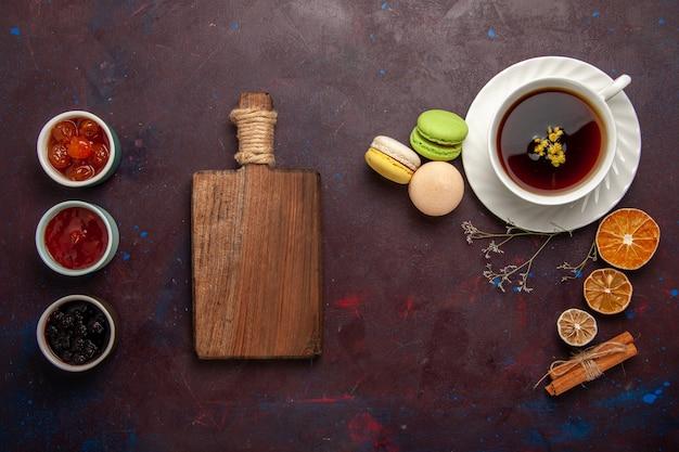 Draufsicht tasse tee innerhalb platte und tasse auf dunklem hintergrund tee trinken farbfoto süß