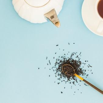 Draufsicht tasse tee mit dem löffel voll von den trockenen blättern