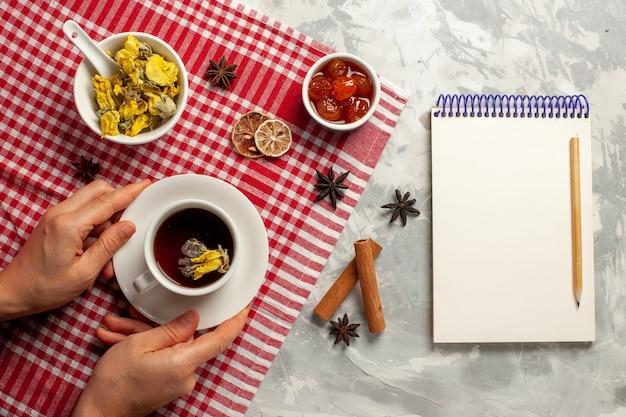 Draufsicht tasse tee mit dessert und marmelade auf weißem backgruond-fruchtmarmeladentee süßem zucker