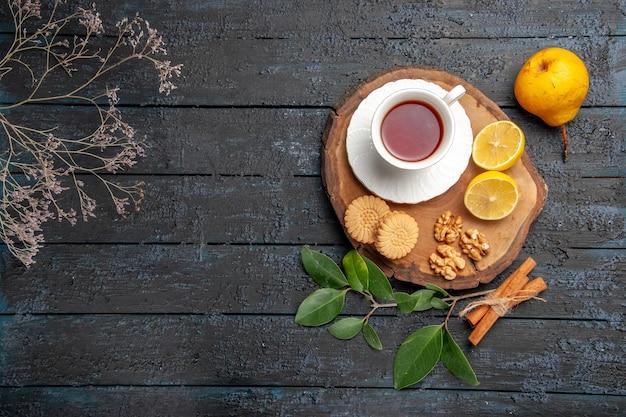 Draufsicht tasse tee mit keksen und früchten, süßer kekszucker