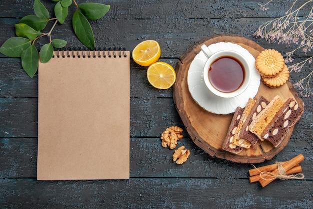 Draufsicht tasse tee mit keksen und kuchen, süßer kekszucker