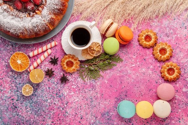Draufsicht tasse tee mit keksen und macarons auf rosa schreibtisch backen kuchen kekskeks süßer zucker
