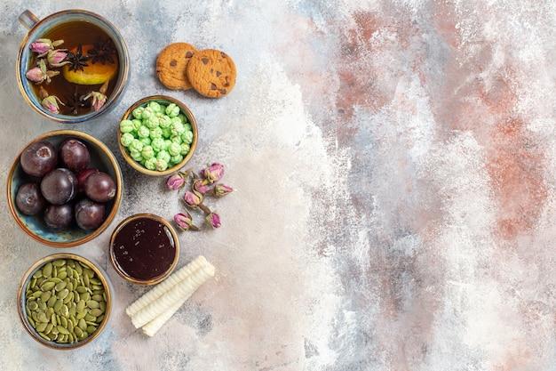 Draufsicht tasse tee mit keksen