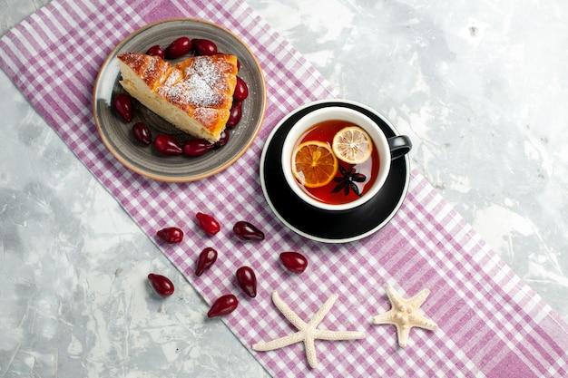 Draufsicht tasse tee mit kuchenscheibe auf weißem wandkekskuchen süßer kuchenplätzchen