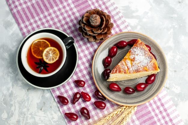 Draufsicht-tasse tee mit leckerem kuchenstück auf weißer wandkekszuckerkuchen süßer kuchen