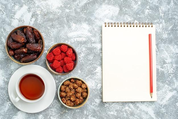 Draufsicht tasse tee mit nüssen und confitures auf leerraum