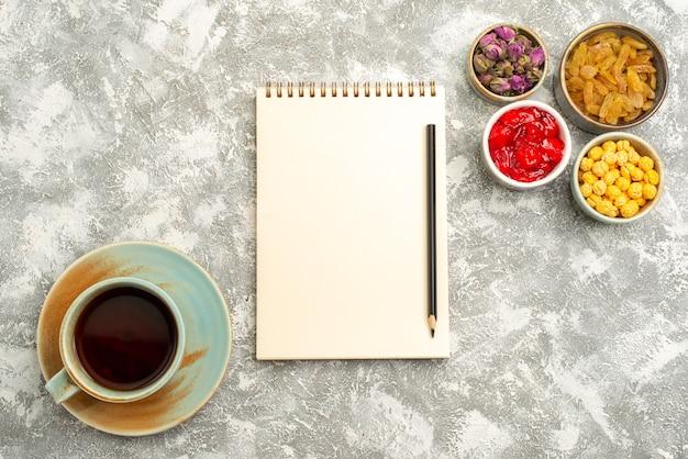 Draufsicht tasse tee mit rosinen auf weißem hintergrund tee süße rosine