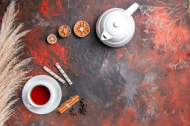 Draufsicht tasse tee mit wasserkocher auf dunklem boden