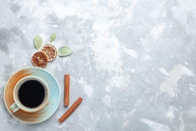 Draufsicht tasse tee mit zimt auf dem hellen hintergrund trinken tee farbe schreibtisch