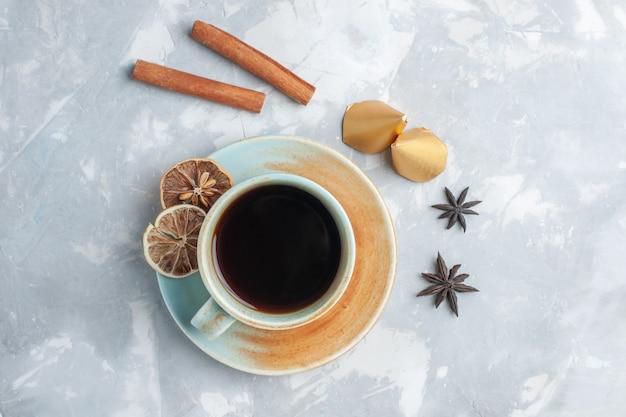 Draufsicht tasse tee mit zimt auf dem weißen schreibtisch tee bonbon farbe frühstück