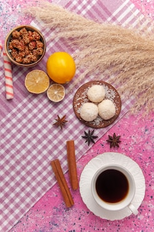 Draufsicht tasse tee mit zitrone auf rosa