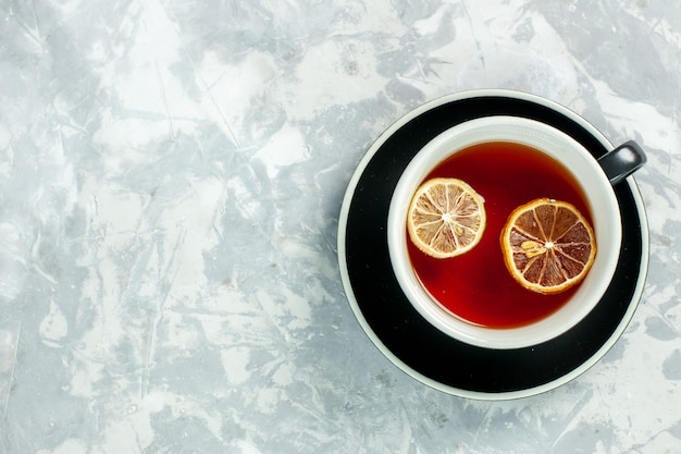Draufsicht tasse tee mit zitronenscheiben auf dem weißen hintergrund tee trinken blumen zitrone